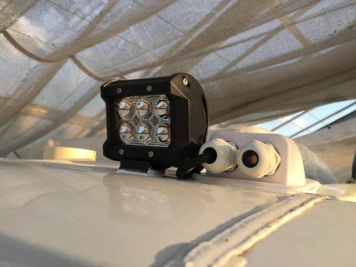 Montage von neuen LED-Arbeitsscheinwerfern nach Rostbehandlung