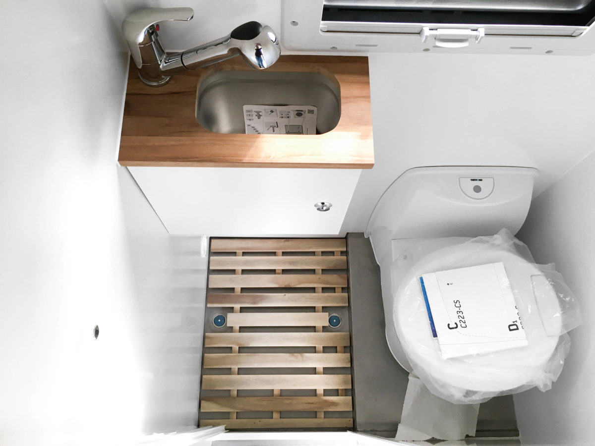 Nasszelle mit Dusche und Toilette im Campervan – Overlandys
