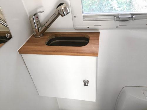 Waschbecken & Dusche in Campervan Nasszelle